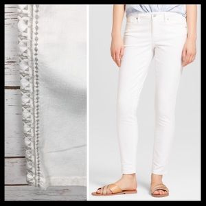 mossimo // white embroidered side skinny jeans
